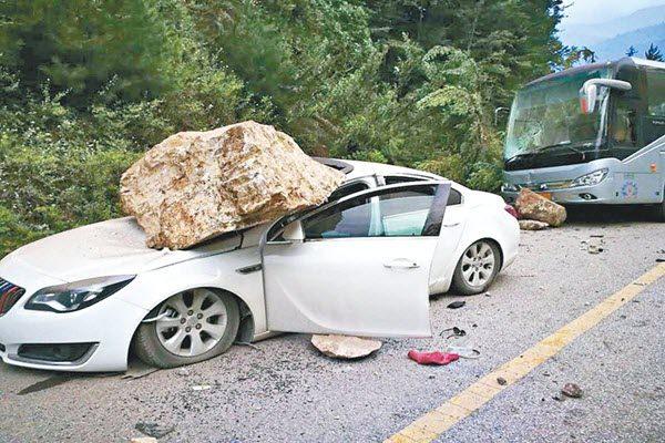 九寨沟7.0级地震中车辆被滚落的巨石砸毁。(网络图片)
