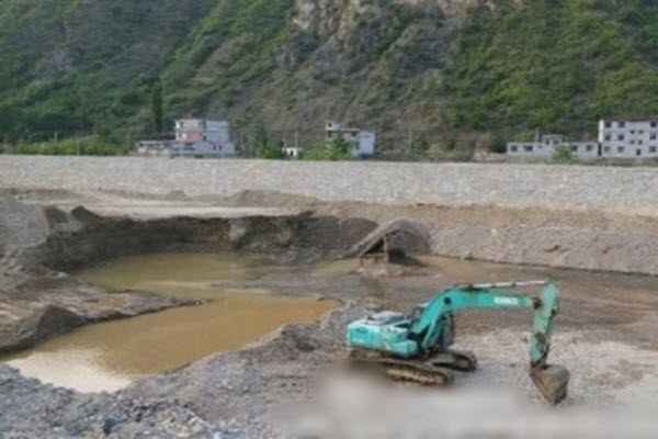陕西商洛市柞水县境内的社川河遍布采沙过度留下的深坑 网络图片