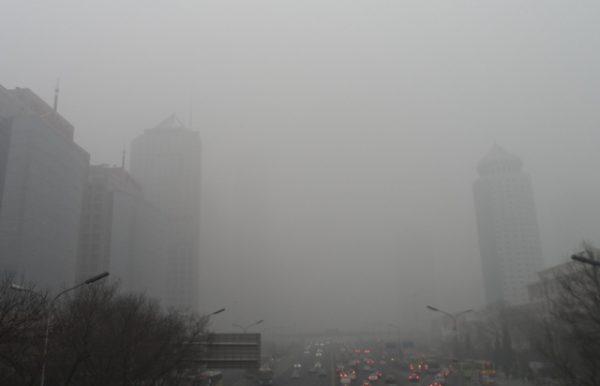 雾霾笼罩下的北京中心商业区 (图片来源:维基百科)