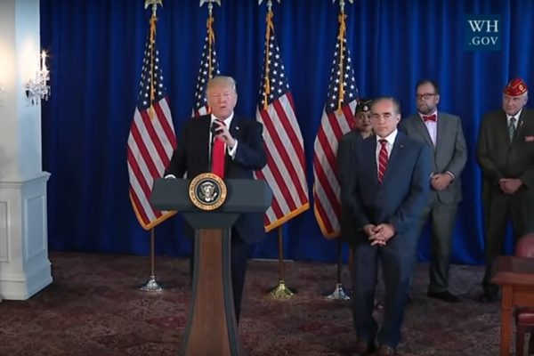 8月12日川普总统在签署《2017退伍军人选择就医和高质量就业法案》的仪式上。(白宫视频截图)