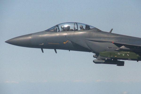 """挂载""""金牛座""""导弹的F-15K战斗机。(美联社)"""