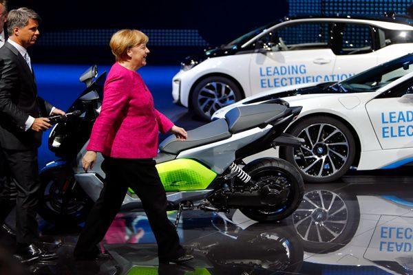 默克尔:德汽车业面临挑战 致力重新赢回信任
