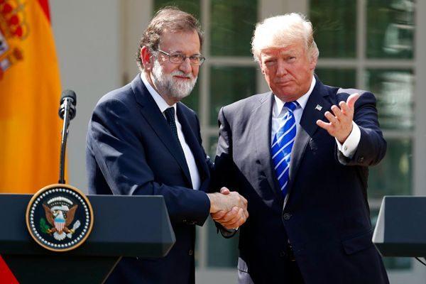 川普感谢西班牙总理拉霍伊(左)对孤立朝鲜政权的支持。(AP Photo/Alex Brandon)