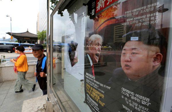 韩国街头海报上的川普与金正恩(AP/Jason DeCrow)