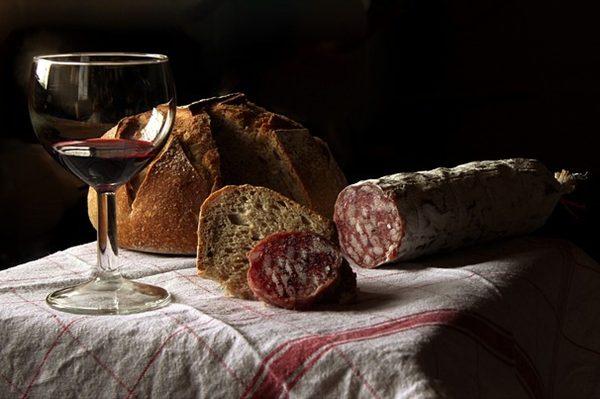 避免酒精及高热量食物(图片来源:Pixabay)