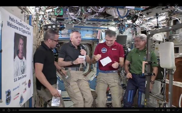 美国际太空站宇航员的感恩节:火鸡、甜点和足球赛