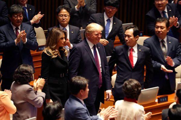 川普总统8日与第一夫人梅拉妮亚抵达韩国国民大会现场。(AP Photo/Andrew Harnik)