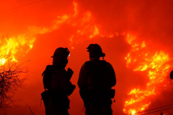 加州大火进入第二周 圣芭芭拉县下发疏散令