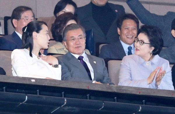 金与正(左)在冬奥会看台上与文在寅夫妇对话(Bee Jae-man/Yonhap via AP)