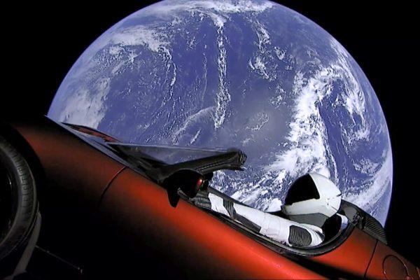 马斯克的特斯拉电跑车在太空中。(SpaceX via AP)