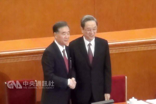 中共政协主席汪洋与前任俞正声在14日的两会现场 中央社