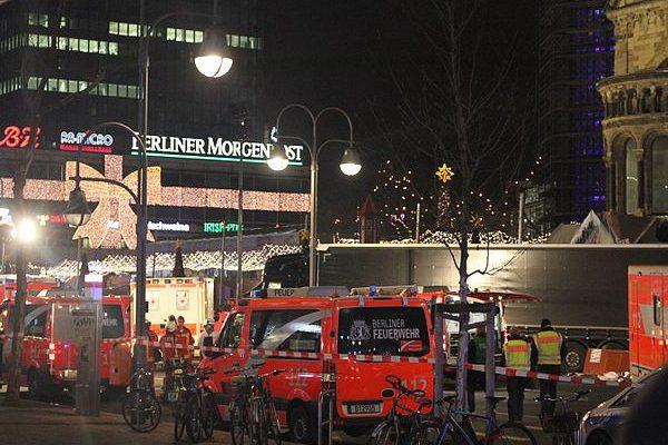 柏林恐袭事件现场,右后方为肇事的黑色长货车(维基百科)