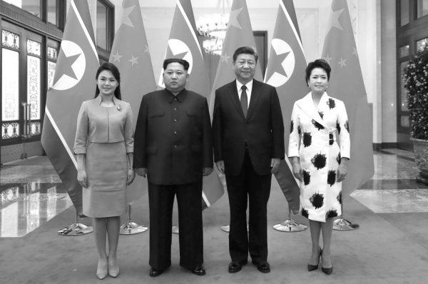 金正恩夫妇首次访华 与习近平夫妇合影(图源:AP)