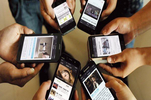 在中国的江西省人们正在使用微信刷朋友圈 (Zhuo Zhongwei/ImagineChina/AP)