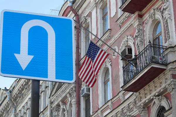 图中为悬着美国国旗的美国驻圣彼得堡领事馆( (AP Photo/Dmitri Lovetsky)。
