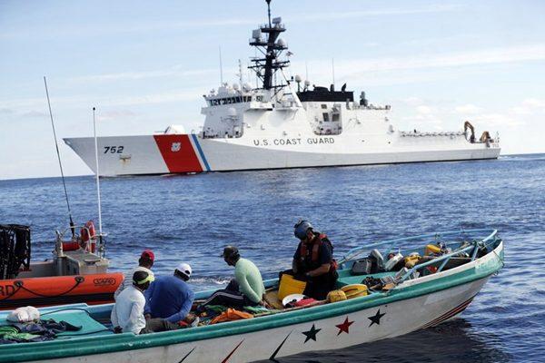 2017年2月23日,美国海岸警卫队执法队在太平洋上截获贩毒渔船及其700公斤纯可卡因。(AP Photo/Dario Lopez-Mills, File)