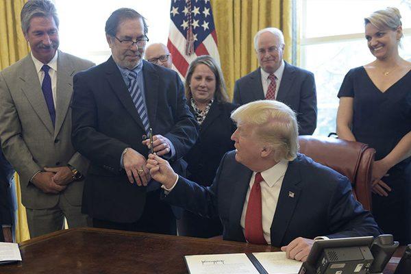 去年4月,美国总统特朗普(前右一)在白宫签署商务部针对钢铁展开调查的行政令,前排左一为商务部长罗斯 (美联社)