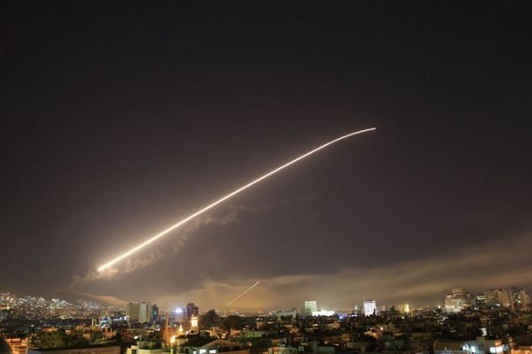 美英法空中打击化武地点时 叙利亚首都大马士革的天空(AP Photo/Hassan Ammar)