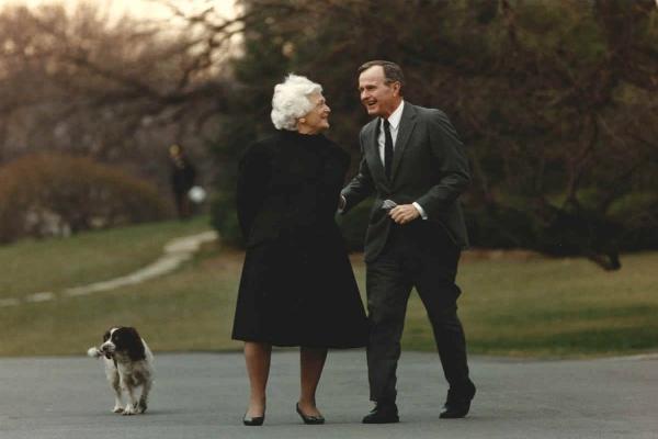 老布什总统缅怀夫人:她在天堂里