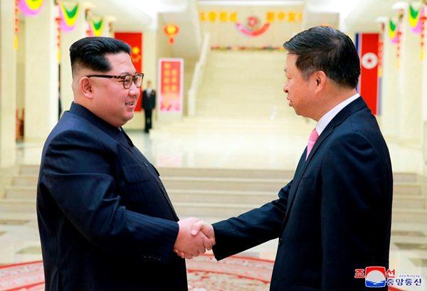 中共中联部部长宋涛(右)访朝与金正恩(左)会面(Korea News Service via AP)