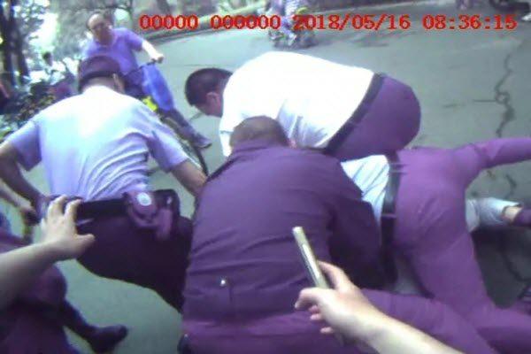 中共北京警方的视频正好避开了记者被强制压倒在地的角度 视频截图