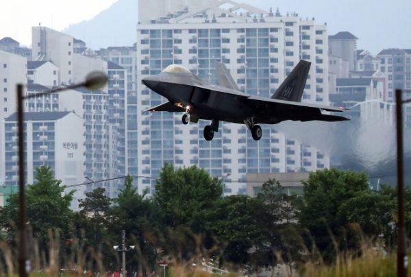 美韩2018年联合军演中的F-22猛禽轰炸机(Park Chul-hog/Yonhap via AP)