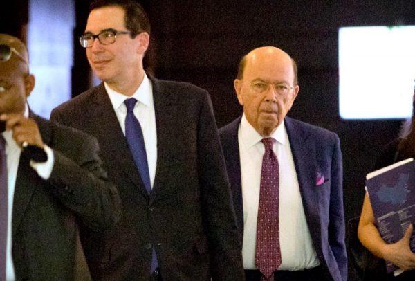 美商务部长罗斯(右)赴北京进行首轮中美贸易谈判(AP/Mark Schiefelbein)