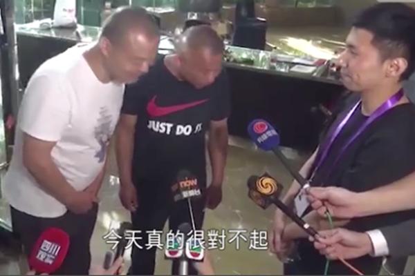 两名打人者向香港记者道歉 视频截图