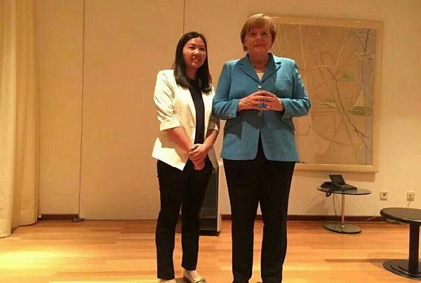 德国总理默克尔昨日会见了人权律师余文生的妻子许艳。