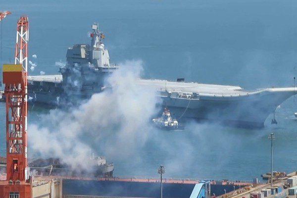 国产航母完成首次海试。(央视截图)