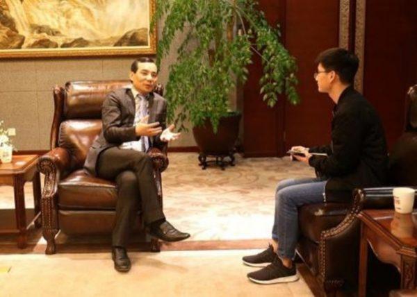 吴小晖(左)于2017年4月26日,罕有地在安邦总部接受媒体公开采访。 (网络图片)
