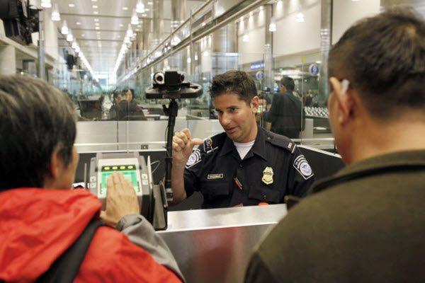 """追""""红通""""有新招?美国公民被禁离境中国"""