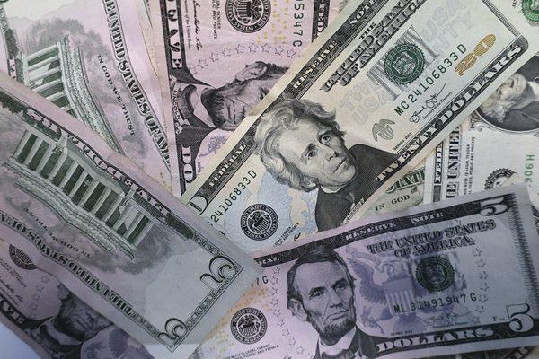 图为美元货币(AP/美联社图)