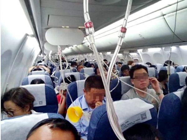 机舱失压,氧气罩弹出。(网络图片)