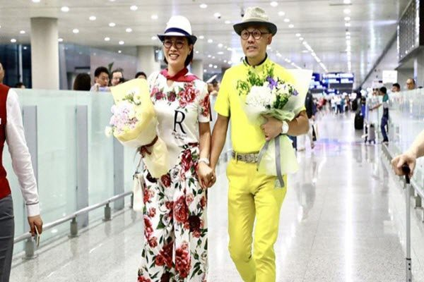 周立波无罪释放与妻子回到上海 网络图片