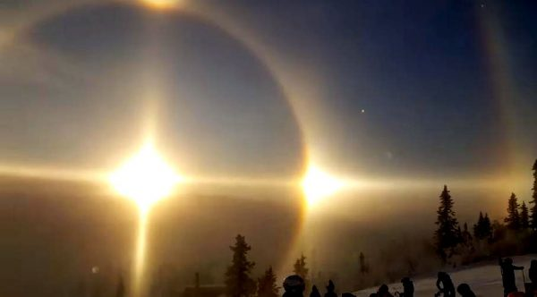 从太阳的光芒中,又出现了2道光轮(图片:MrFinlandsuomi/youtube截图)