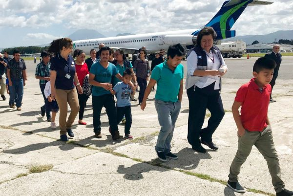 7月10日,危地马拉非法移民带孩子返回自己的国家。(AP Photo/Colleen Long)