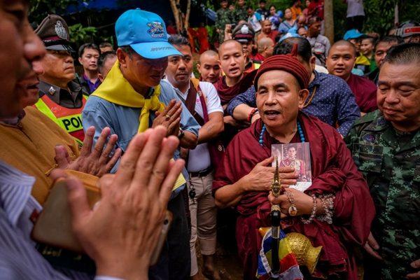 缅甸高僧古巴汶春 ( Famous Buddhist monk Kruba Boonchum) 带领弟子前往洞穴外祈福,请求佛祖及天神,停止降雨,并请山神开山让路,并超度已故公主。 (Photo by Linh Pham/Getty Images)