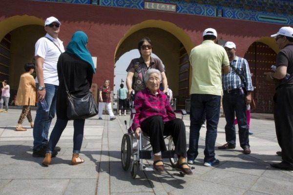 图为中国老年人游客(AP/美联社图)