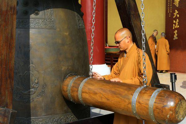 他家的东边有一座佛寺,正在击钟(图片:摄图网)
