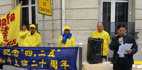 """图1:2019年4月25日,法国法轮功学员在巴黎举办纪念""""四·二五""""和平上访二十周年的活动,法轮大法佛学会主席唐汉龙发言,揭露中共对法轮功的残酷迫害。(高雅柔/SOH)"""