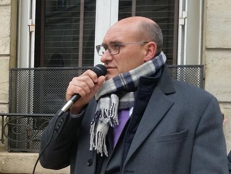 """图2:2019年4月25日,法国法轮功学员在巴黎举办纪念""""四·二五""""和平上访二十周年的活动。法国医生反对强摘器官协会主席卿哈罗德(KingHarold)发言。(高雅柔/SOH)"""
