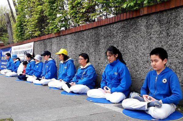 """图6:2019年4月24日,爱尔兰法轮功学员纪念""""四·二五""""和平上访二十周年,在中使馆前集体炼功。(minghui)"""