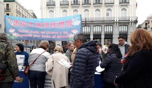 """图7:2019年""""4.25""""前夕,西班牙法轮功学员纪念""""四·二五""""和平上访二十周年,在马德里市中心最繁华的卡约尔广场举行征签活动,民众和游客了解法轮功真相后,纷纷签字声援反迫害。(minghui)"""