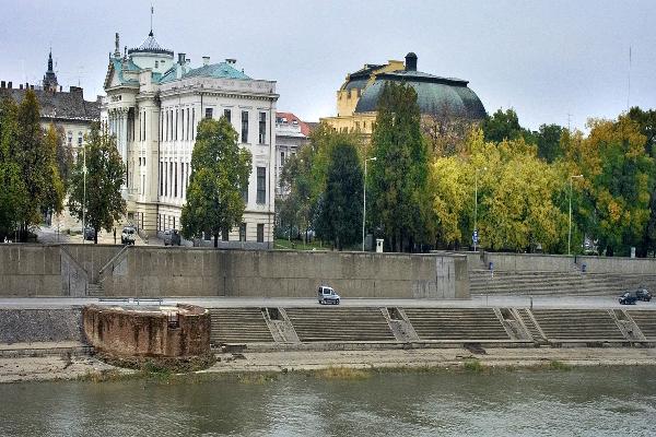 现代的,蒂萨河畔的塞格德市(维基百科图片)。