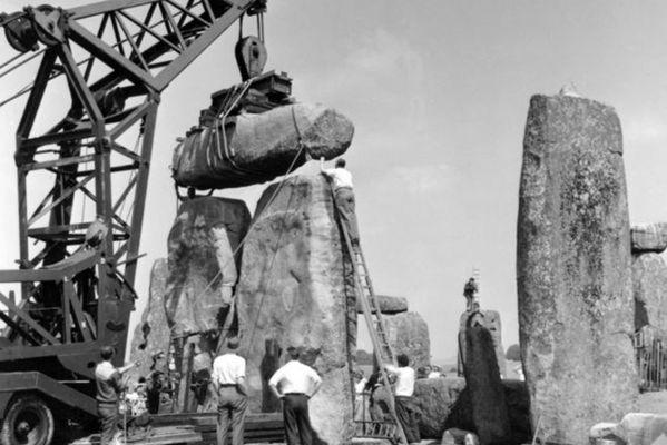 1958年修复一组三石塔。(英格兰历史建筑和古迹委员会图)