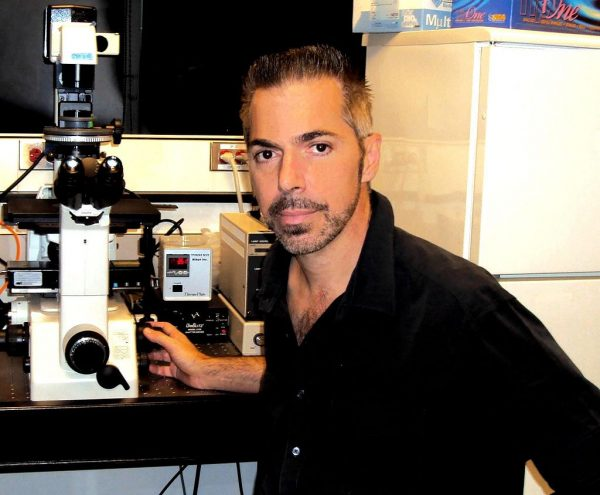 2009年10月,罗伯特?兰萨(Robert Lanza)在实验室的留影。(图片:维基/RobertLanza)