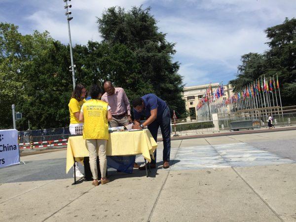 反迫害20周年,日内瓦联合国广场民众签名支持反迫害。