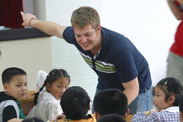 图为外籍教师与南京双塘的小学生在英语交流活动上,资料照。(大纪元)