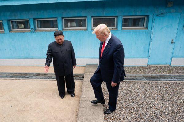 图为今年6月30日在板门店金正恩邀请川普总统踏入朝鲜领土。(川普推特图片)